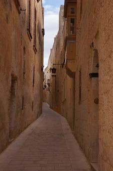 Rue étroite de la ville