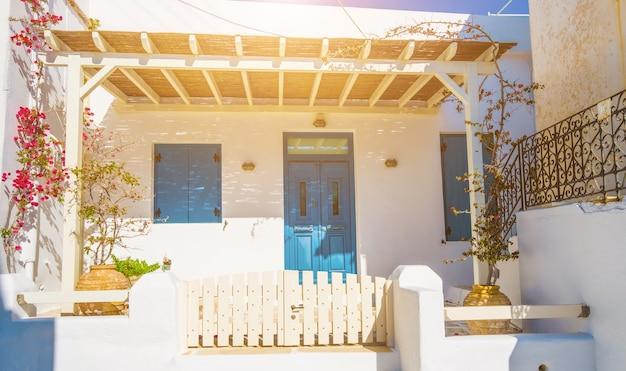 Rue grecque traditionnelle tranquille avec des maisons blanches