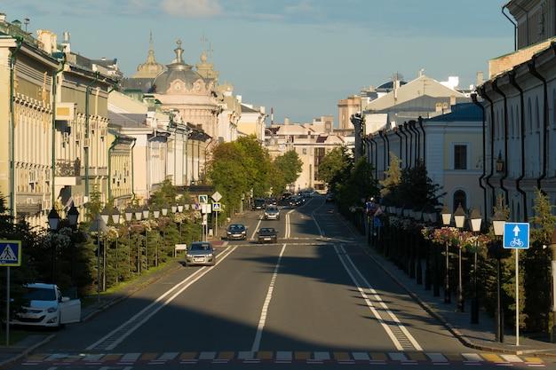 Rue kremlevskaya au centre de kazan, en russie