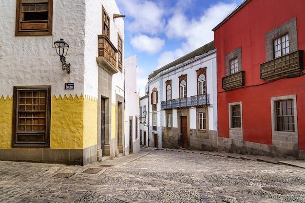 Rue avec des maisons anciennes, pittoresques et charmantes aux couleurs vives dans la ville de las palmas de gran canaria. les îles canaries. espagne. l'europe .