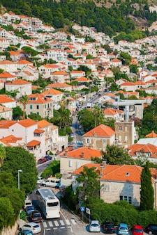 La rue avec de petites maisons d'habitation aux toits orange dans le centre de dubrovnik, croatie