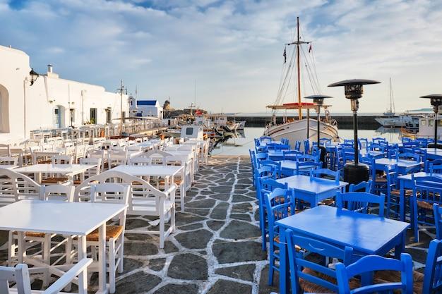 Rue pittoresque de la ville de naousa sur l'île de paros, grèce