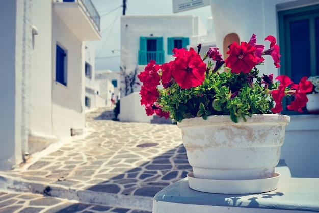 Rue pittoresque de la ville de naousa sur l'île de paros en grèce