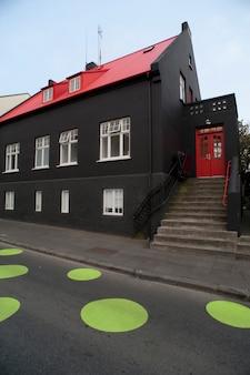 Rue avec des points verts sur le trottoir en islande