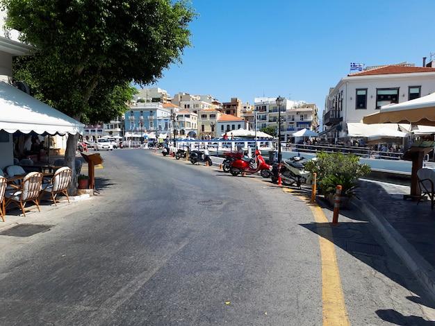 Rue principale avec restaurants à agios nikolaos