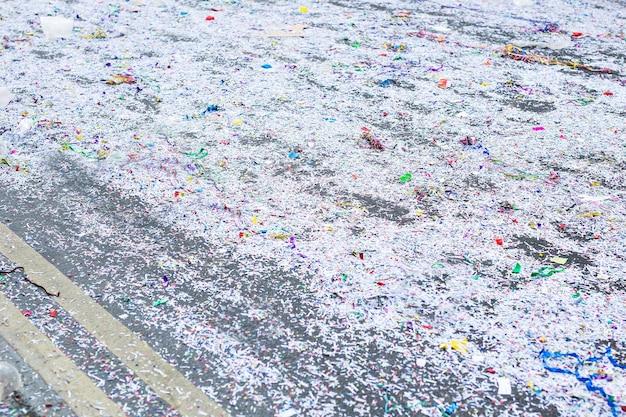 Rue sale après une fête de carnaval dans une ville