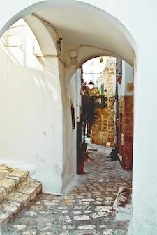 Rue avec le toit et les escaliers courbes