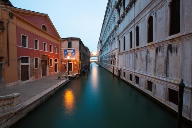 Rue traversée par un canal