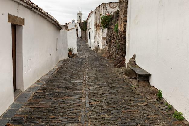 Rue typique du village historique de monsaraz. le portugal.