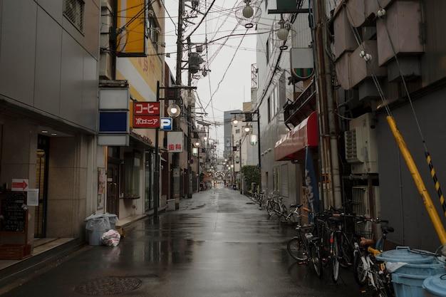 Rue vide du japon après la pluie
