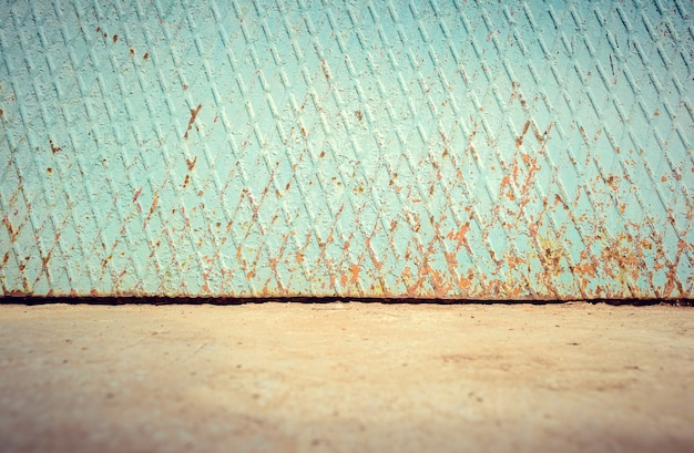 Rue vide en métal patiné mur rouillé avec rez-de-chaussée