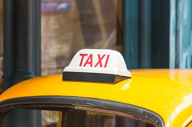 Rue de la vie nocturne de la ville de taxi illuminée