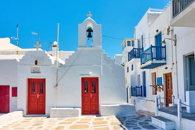 Rue avec vieille église dans la ville de chora sur l'île de mykonos. grèce, architecture grecque, paysage urbain