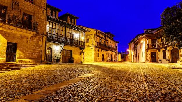 Rue de la vieille ville avec sol pavé au crépuscule. santillana del mar, santander.