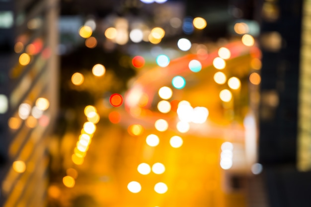 Rue de la ville animée floue