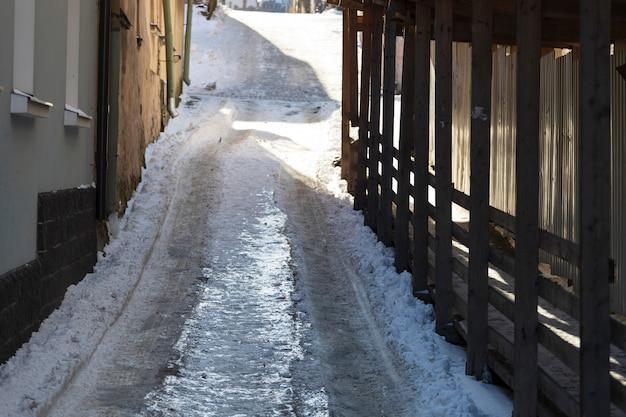 Rue de la ville couverte de glace. risque de chute. photo de haute qualité