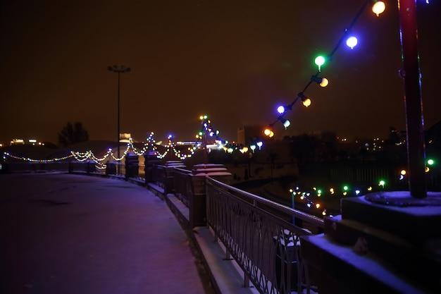 Rue de la ville éclairée de façon festive la veille de noël. concept de vacances