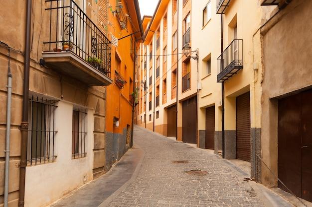 Rue à la ville espagnole dans la journée. teruel
