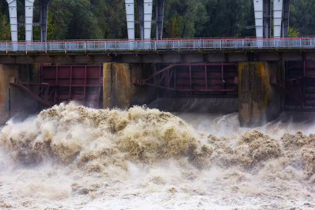 Ruée des ruisseaux d'eau sale au barrage au printemps