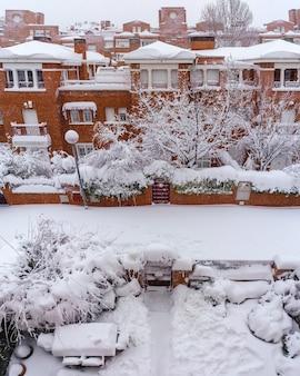 Rues et bâtiments couverts de neige par jour en raison de la tempête de neige filomena tombant à madrid en espagne. l'europe 