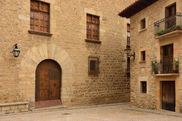 Rues et coins du village médiéval de mirambel, maestrazgo, province de teruel, aragon, espagne