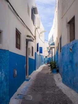 Rues confortables en bleu et blanc sur une journée ensoleillée dans la vieille ville kasbah des oudayas