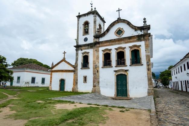 Rues et église du centre historique de paraty, rio de janeiro, brésil. paraty colonil ville classée à l'unesco.