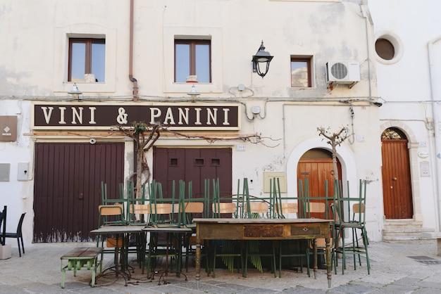 Rues étroites de la belle ville de bari, idéales pour se promener lors de nos tournées en italie.