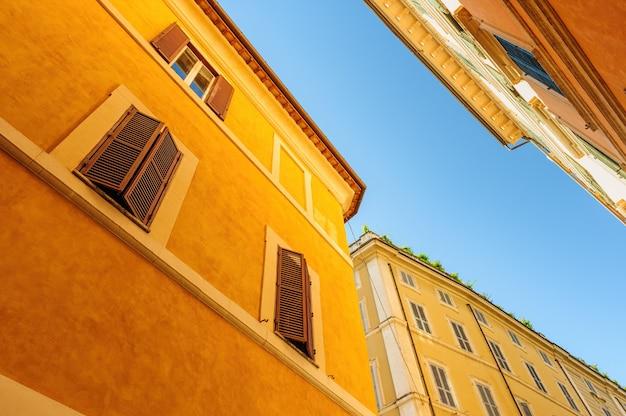Rues étroites avec de vieux bâtiments résidentiels médiévaux à rome italie