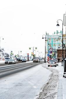 Rues d'hiver de pétersbourg, panoramas de la ville et beaux bâtiments historiques avec de la neige