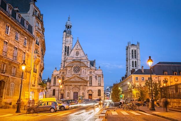 Rues illuminées de paris pendant l'heure bleue du soir, avec l'église saint-etienne-du-mont, paris, france