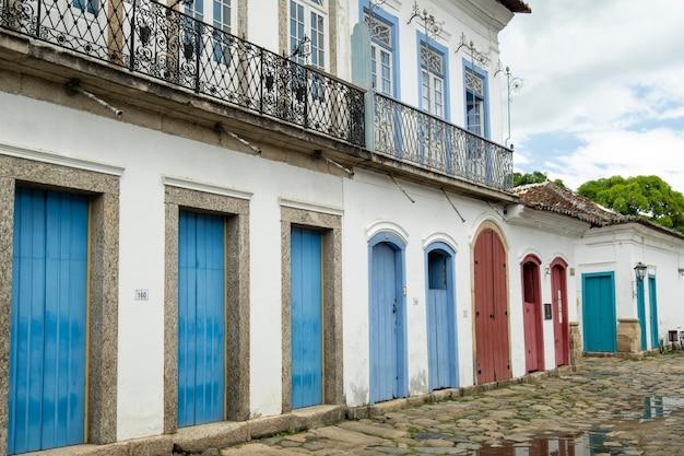 Rues et maisons du centre historique de paraty, rio de janeiro, brésil. paraty est une ville colonil classée à l'unesco.