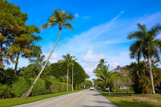 Rues de la plage de naples avec des palmiers en floride, états-unis