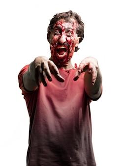 Rugir zombie avec les bras levés