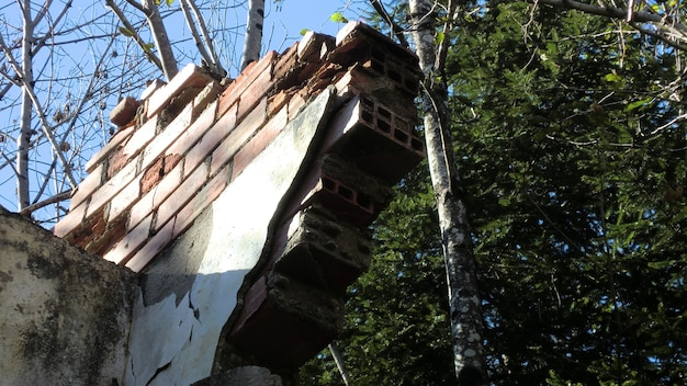 Ruine abandonnée sur les dolomites, un vieux bâtiment abandonné de l'extérieur