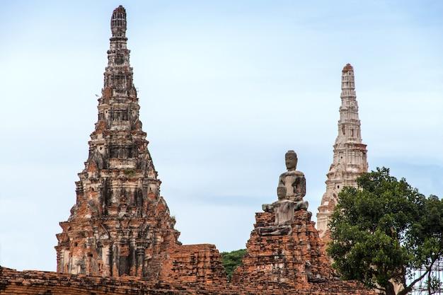 Une ruine antique de statue bouddha et pagode dans le parc historique d'ayutthaya en thaïlande.