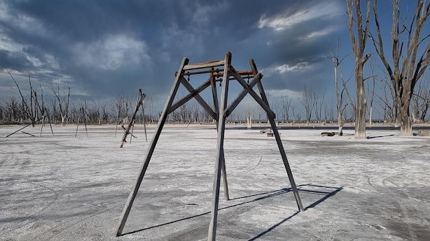 Ruines d'une aire de jeux pour enfants détruite par les inondations.