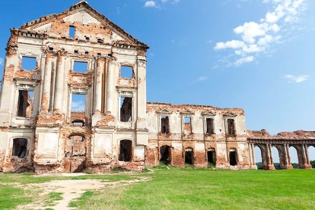 Ruines d'un ancien palais du 16ème siècle, contre le ciel bleu, situé dans le village de ruzhany, sur le territoire de la république de biélorussie