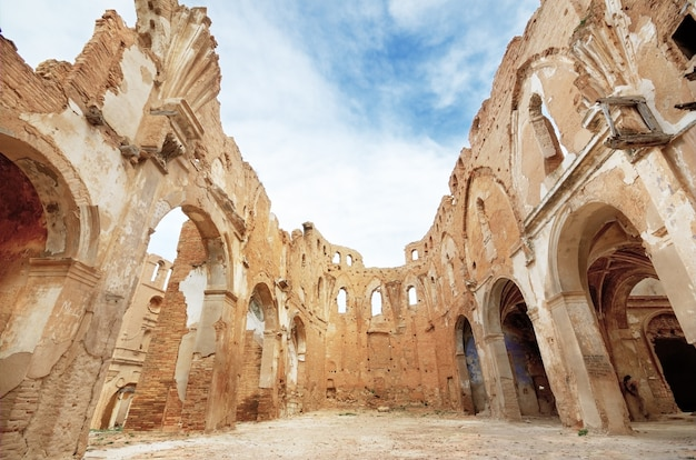 Ruines d'une ancienne église détruite pendant la guerre civile espagnole à belchite, saragosse, en espagne.