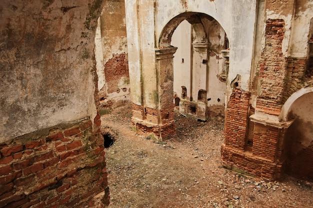 Ruines d'une ancienne église en ruine