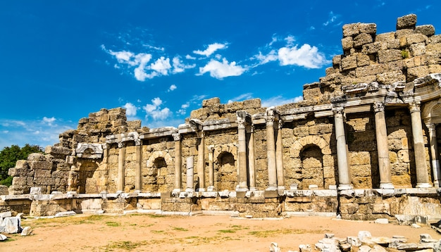 Ruines de l'ancienne ville de side dans la province d'antalya en turquie