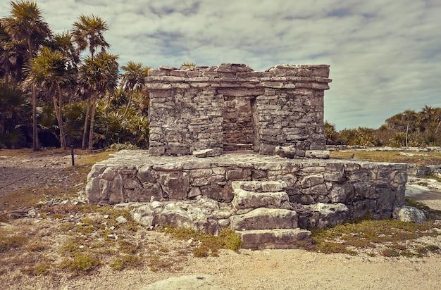 Ruines de bâtiments datant de la civilisation maya dans le complexe de tulum au mexique