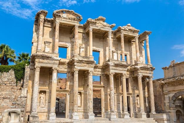 Ruines de la bibliothèque celsius dans la ville antique d'éphèse, turquie