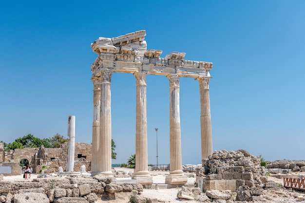 Ruines de la colonnade du temple antique apollo, side, région d'antalya, turquie