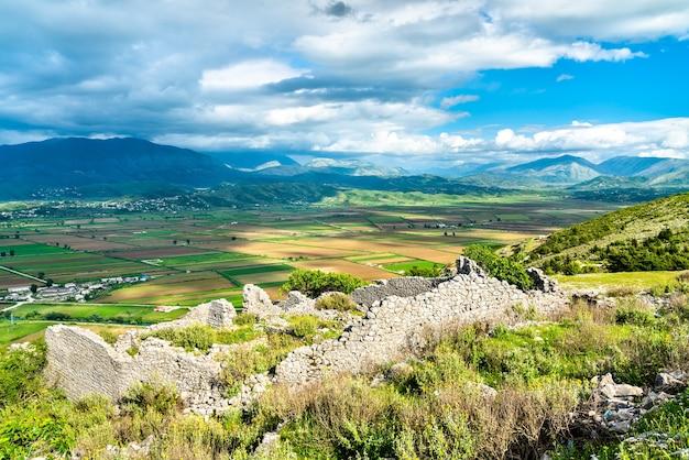 Ruines du château de lekuresi à saranda, albanie du sud