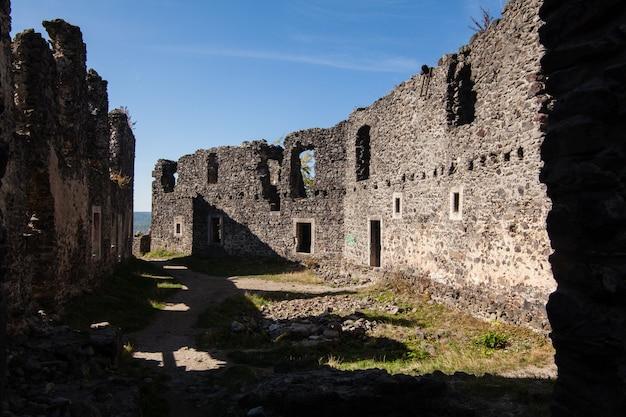 Ruines du château de nevytske dans la région de transcarpatie. photo d'uzhgorod. château nevitsky construit au 13ème siècle. ukraine.