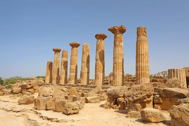 Ruines du temple d'héraclès dans la célèbre vallée antique des temples d'agrigente, sicile, italie. patrimoine mondial de l'unesco.