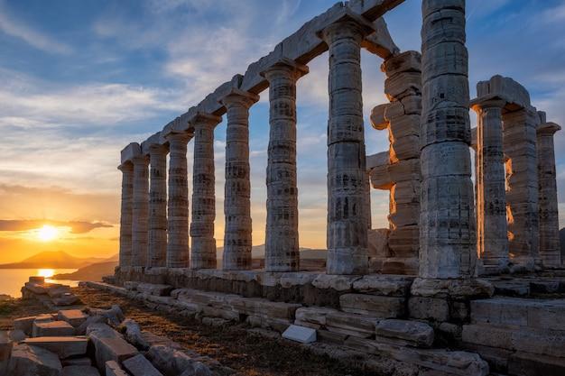 Ruines du temple de poséidon sur le cap sounion au coucher du soleil, grèce