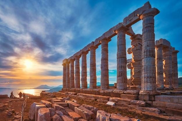 Ruines du temple de poséidon sur le cap sounion au coucher du soleil en grèce