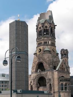 Ruines de l'église du souvenir kaiser wilhelm à berlin, détruites par les bombardements de la seconde guerre mondiale et conservées comme mémorial